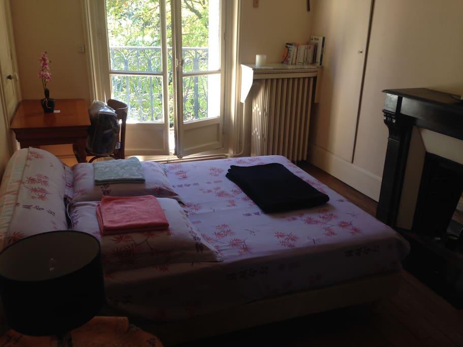 Bedroom for 2 people / desk / wardrobe/ Balcony