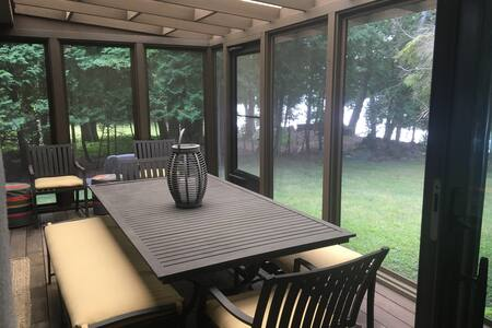 Beautiful Waterfront Cottage on Clark Lake