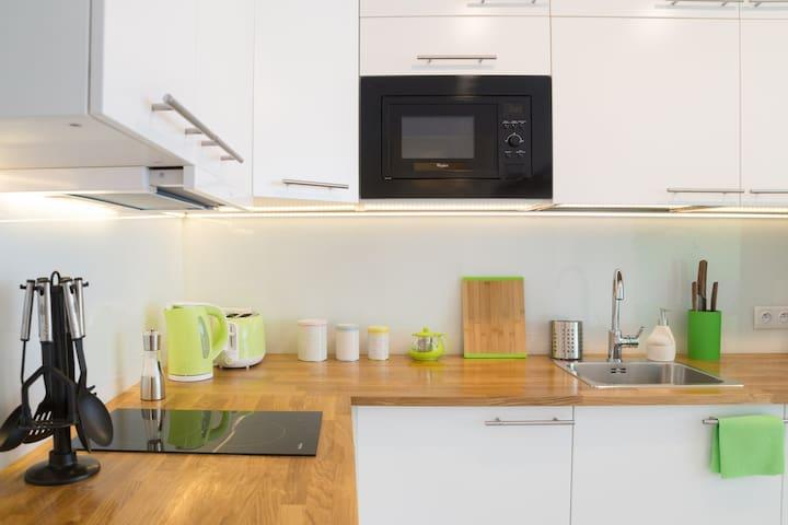 Fully equipped kitchen. Całkowicie wyposażona kuchnia.