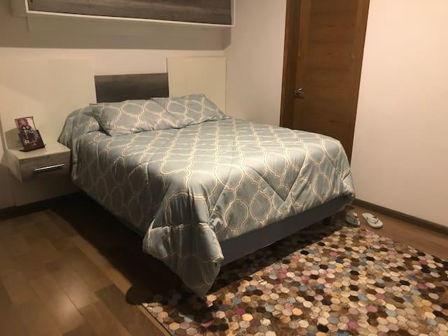 Habitación principal con cama queen size súper confortable para tu mejor descanso en Puebla.