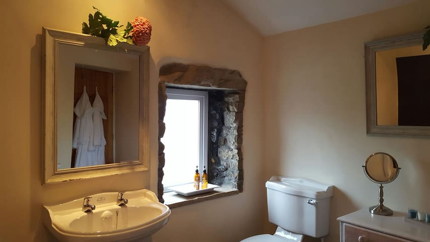 Charming Roomy 18th Century Cottage - Barrow