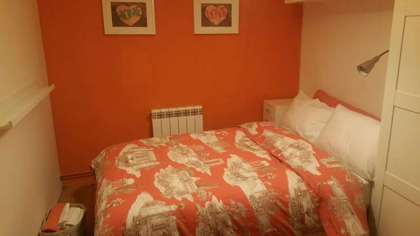 BIG BED & VERY NICE ORANGE ROOM. - Madrid - Maison