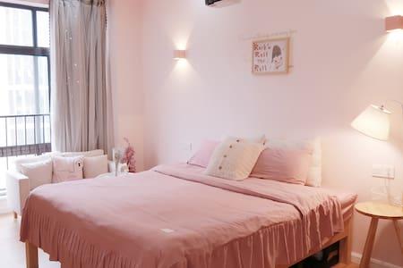 「 招呼·Room1 」甜心 · 财富广场商圈旁 带投影仪的少女心民宿