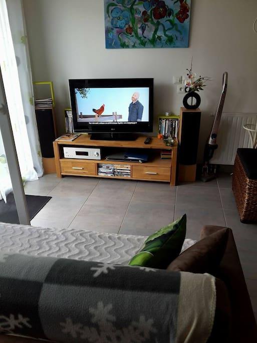 Coin salon, avec TV, lecteur DVD, ampli et enceintes