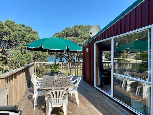 A True Kiwi Bach - Moureeses Bay Beach Front