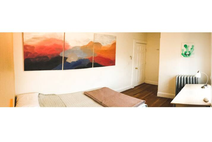 Private, Cozy & Sunny Room by the metro