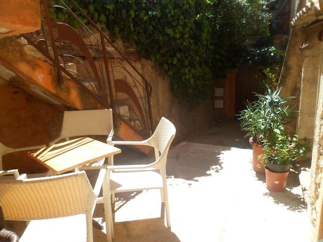 Cosy T2+terrasse coeur du village,portes du verdon - Aups - Byt