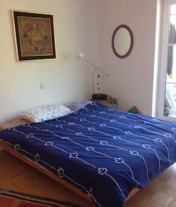 gemütliches Zimmer mit Balkon u. Blick ins Grüne - Emmendingen - Apartamento