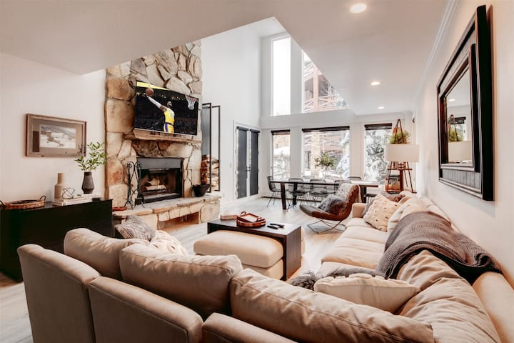 Ski-In/Ski-Out 3-Bedroom With Fireplace and Hot Tub