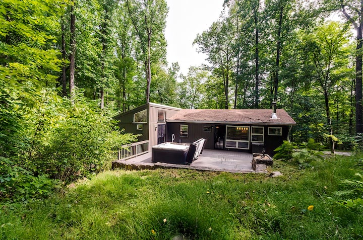 Secluded Oasis w Hot Tub, Screened-in Porch, WiFi!