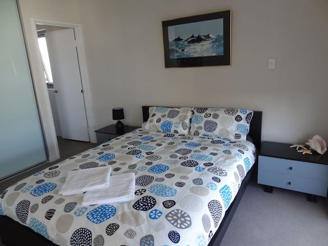 Queen Room Private Ensuite in Heart of Northbridge