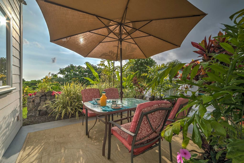 Explore the Hawaiian Islands from this 2-bedroom, 1-bath vacation rental apt.