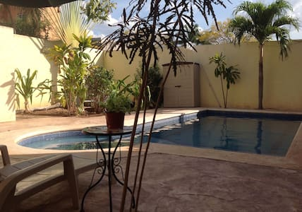 Private room next to the house besides pool - Mérida - Haus