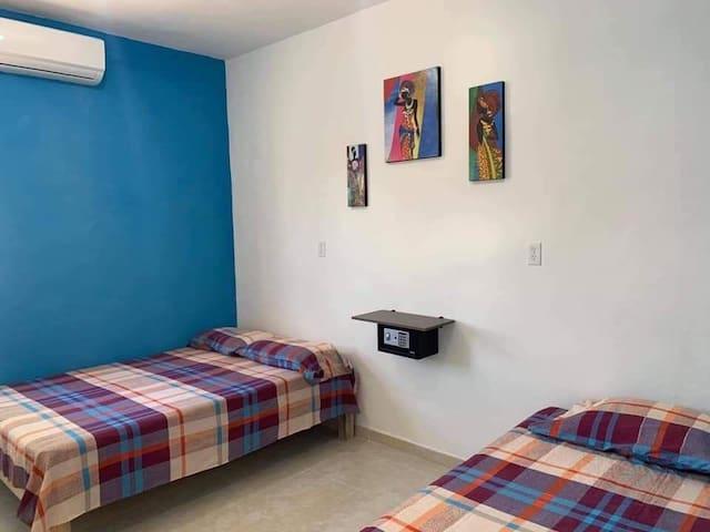 Habitación 1. Tiene una cama matrimonial y una cama personal.