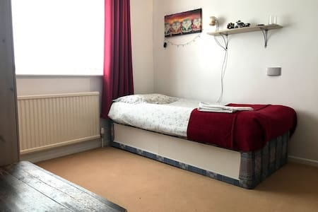 Single room in a friendly family home in Newmarket