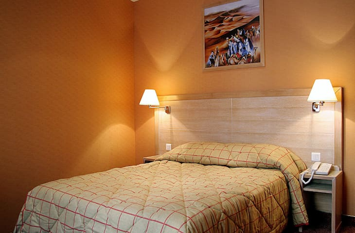 Modern and wooded room next to Gare de Lyon