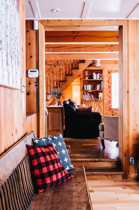 Vue vers salon. /  To Living room (Crédit photo: Vivian Doan)