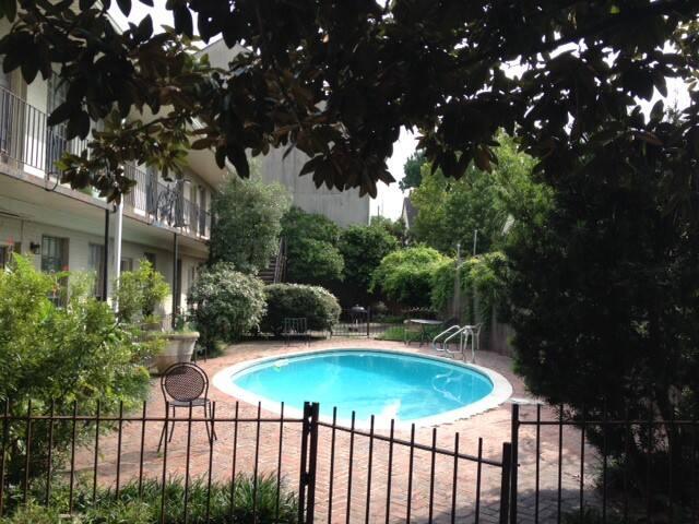1 Bed Condo Tulane Area near Street Car, Pool