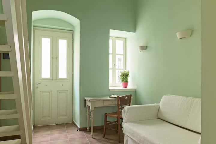 GUESTHOUSE LILA Green Mezzanine Bedroom Studio