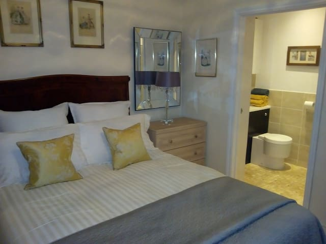 Double Ensuite Bedroom in 3 bedroom Detached House