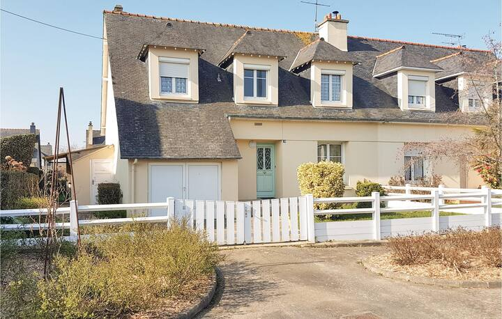 Amazing home in Cancale with WiFi and 4 Bedrooms