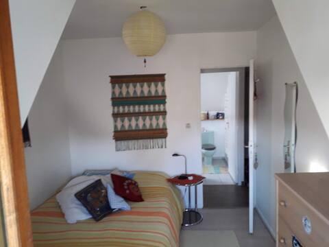 Chambre privée cosy avec espace privé complet