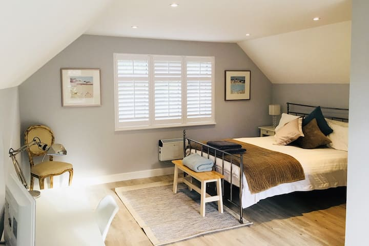 Contemporary annexe space in leafy Surrey.