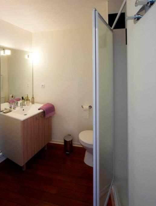 Une salle de bain propre, simple et pratique