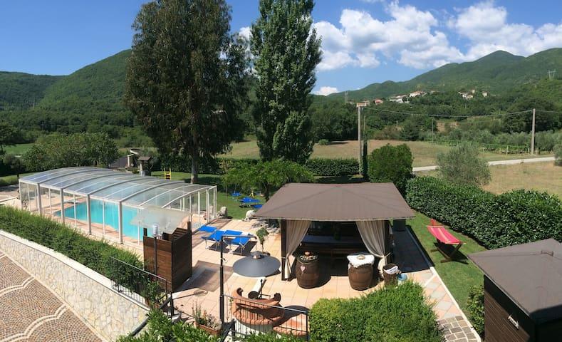 Trilocale al piano terra in villa con piscina