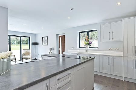 Refurbished family home close to West End village. - Esher - House