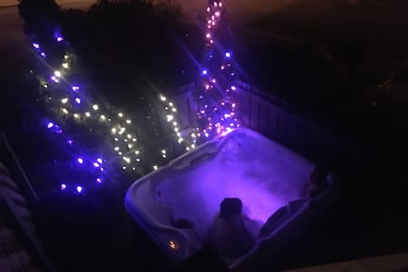Come relax in a wonderful hot tub! - House