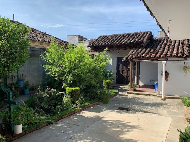 Casa colonial amplia con jardín céntrica