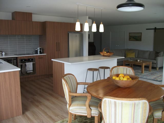 Katikati Bed & Breakfast, modern, luxury home-stay