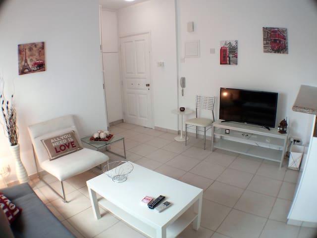 Lovely One bed Apartment on the Beach - Agios Tychon - Apartamento