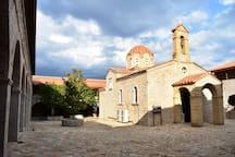 Εκκλησία Κοιμήσεως της Θεοτόκου μέσα στην Ιερά Μονή