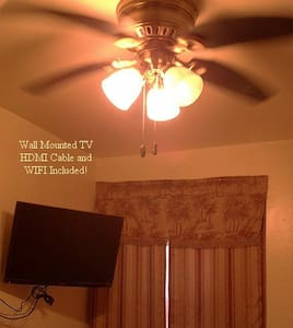 Private - Queen Bed. Cozy; Close!!! TV. WIFI. Gym. - House
