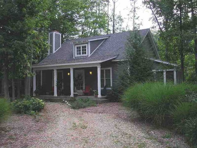 The Nautical Flower Comfy Cottage 1/2 mi to Lake