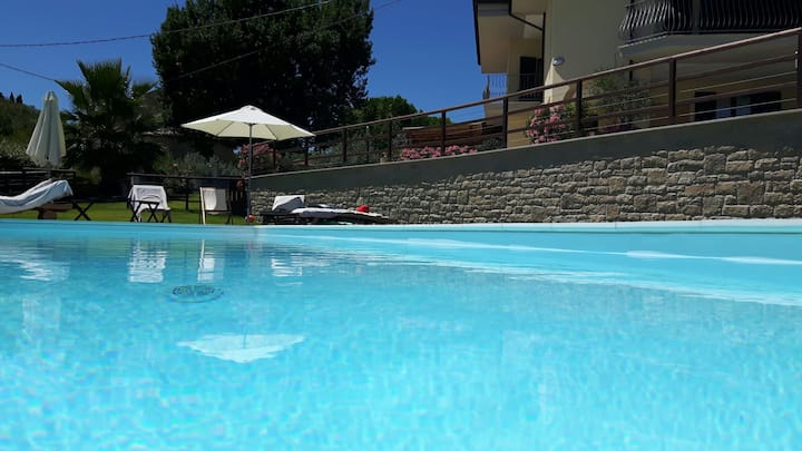 Camera in villa con piscina, Villa Cerqueto