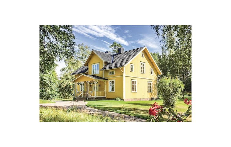 Holiday cottage with 4 bedrooms on 135 m² in Mullsjö