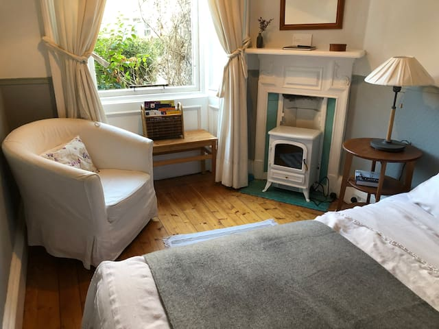 Double bedroom in quiet flat close to city centre