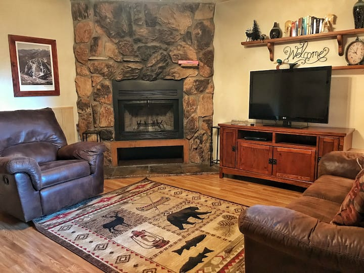 Valley Condo 123 - High-Speed Fiber Optic - Wood Burning Fireplace - Washer/Dryer - Hot Tub