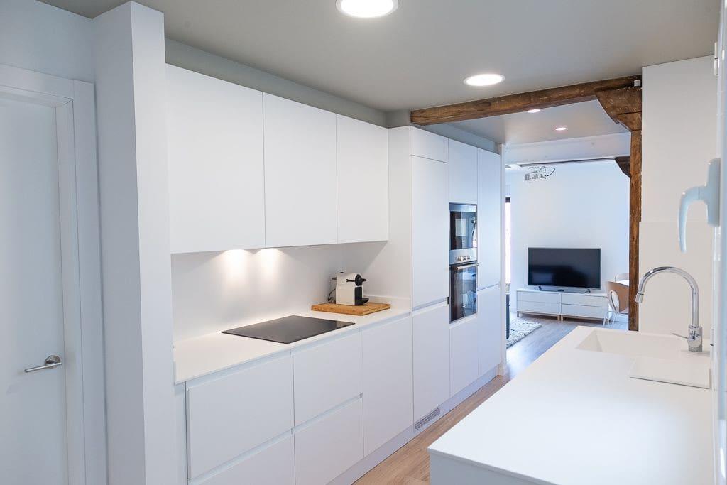 Vista de la cocina con electrodomésticos de alta gama