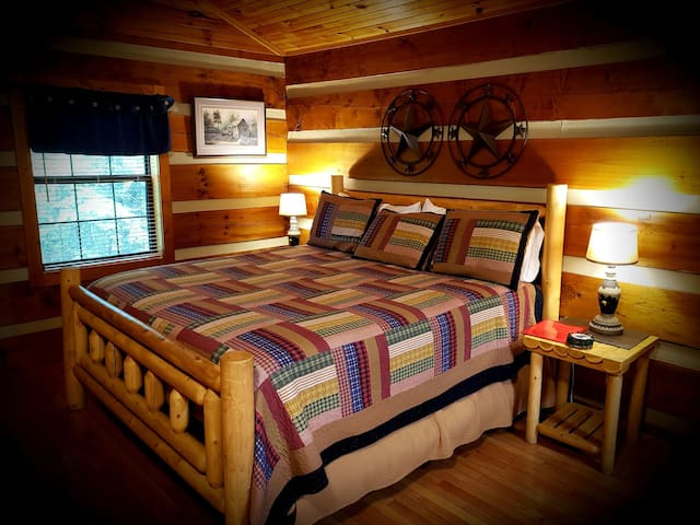 Cozy Couple's Getaway * Peaceful* Minutes to Pkwy