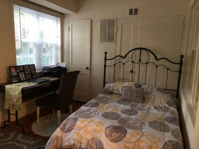 Privet bedroom 3 blocks from Bethesda metro statio