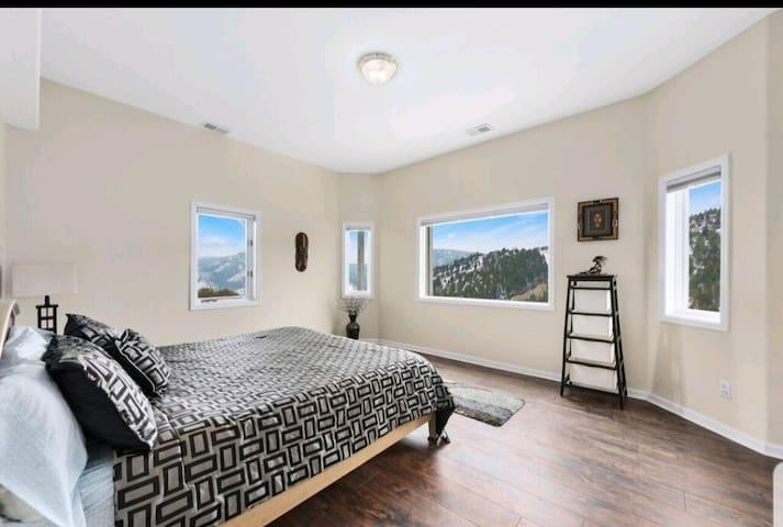 2 Bed, 1 Bath Mountain Retreat (INCREDIBLE VIEWS)
