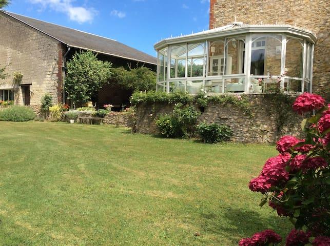 Maison familiale dans grand jardin chambre 1 - Bessancourt - Casa