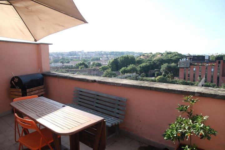 Bilocale con terrazzo e splendida vista su Roma