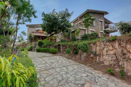 Seven Stays Lake & mountain view villa - 3 bed