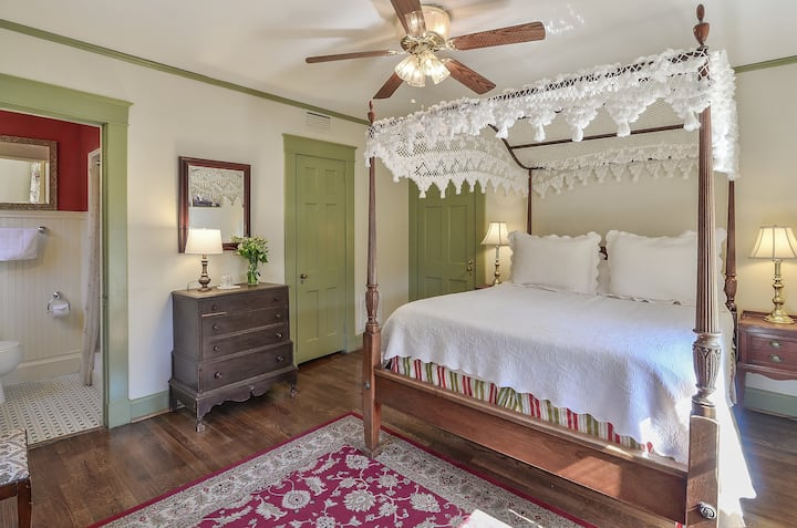 Charming Queen Room with Gourmet Breakfast - Cedars B&B