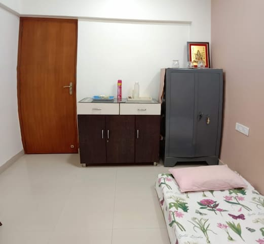 Comfortable room near Infiniti mall, Malad West